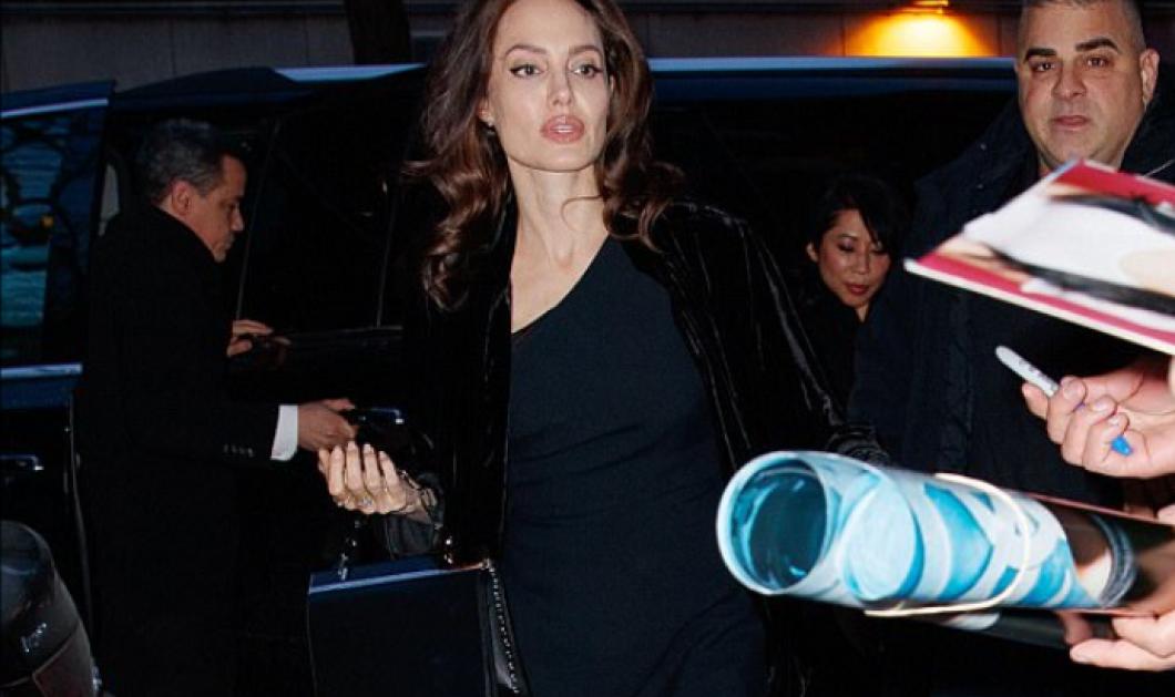 H Angelina Jolie σε σπάνια κομψότατη εμφάνιση με μαύρο βελούδινο παλτό, γόβες στιλέτο & τσαντάκι με αλυσίδα - Φώτο  - Κυρίως Φωτογραφία - Gallery - Video