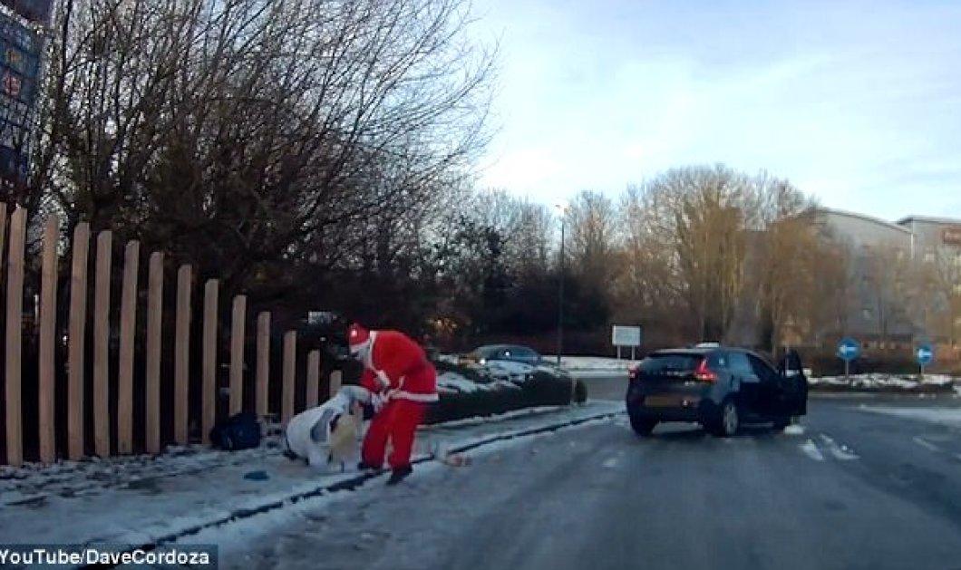"""Απίθανο βίντεο: Δείτε πως ένας άνδρας ντυμένος Άγιος Βασίλης """"σώζει"""" μια γυναίκα  - Κυρίως Φωτογραφία - Gallery - Video"""