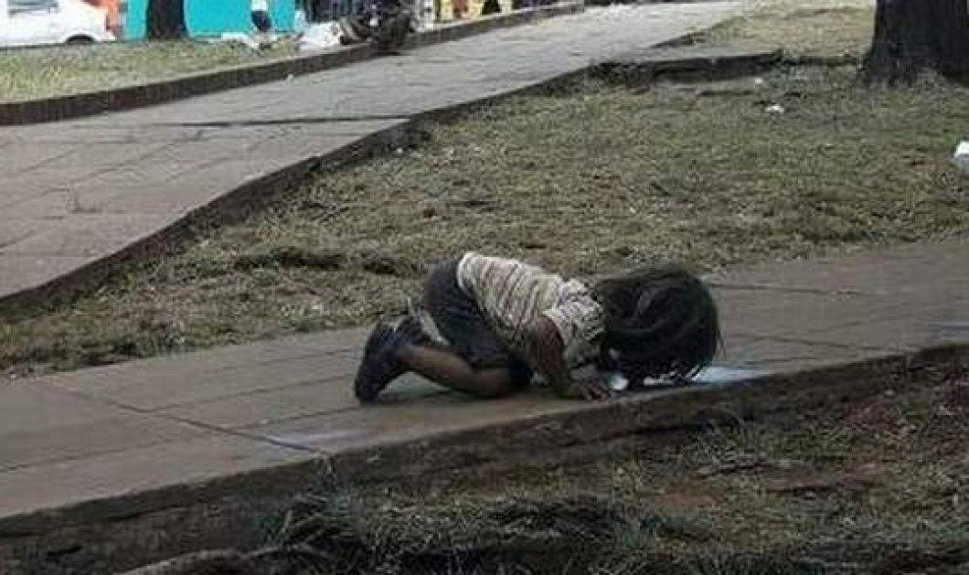 Κοριτσάκι πίνει νερό από λακκούβα σε πεζοδρόμιο στην Αργεντινή - ΦΩΤΟ - Κυρίως Φωτογραφία - Gallery - Video