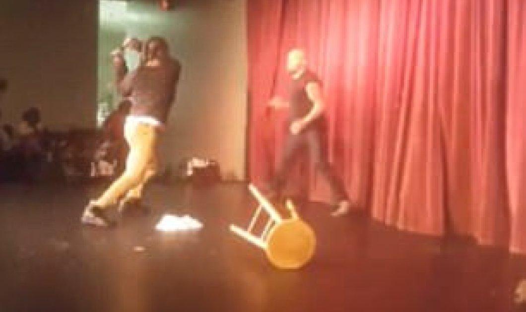 Βίντεο: Έξαλλος θεατής βαράει με το μικρόφωνο κωμικό ηθοποιό πάνω στη σκηνή - Κυρίως Φωτογραφία - Gallery - Video