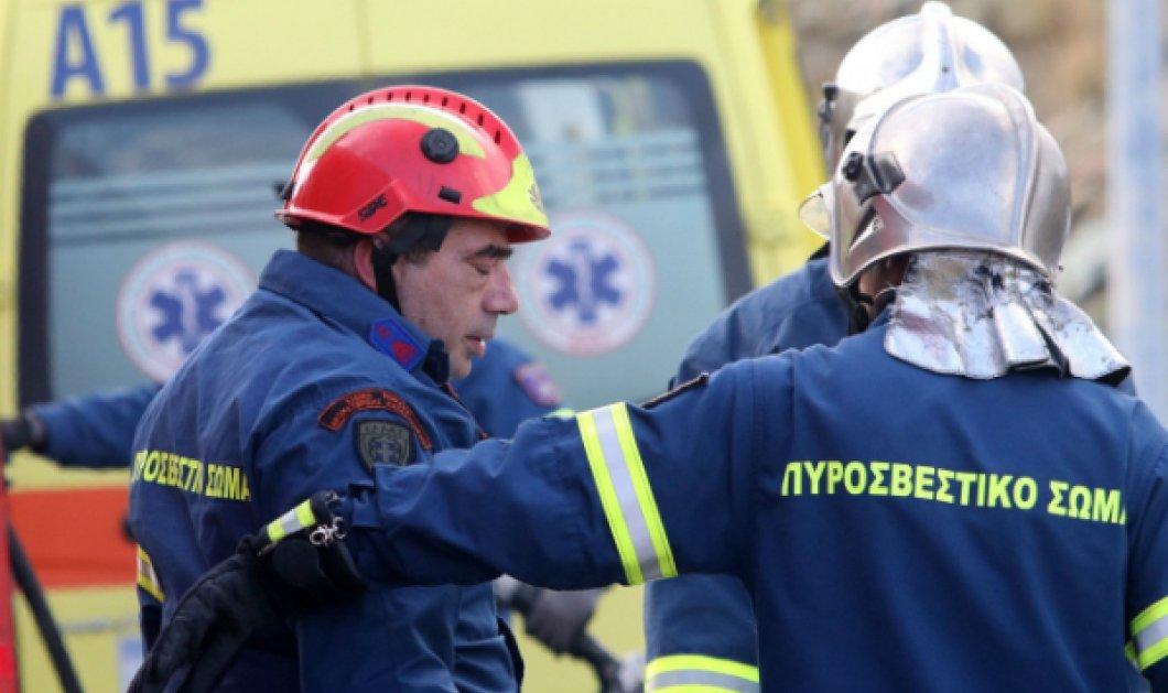 Συγκινητικά καρέ από τη στιγμή που οι πυροσβέστες καταρρέουν αντικρίζοντας το φρικτό τροχαίο του νεαρού ζευγαριού... - Κυρίως Φωτογραφία - Gallery - Video