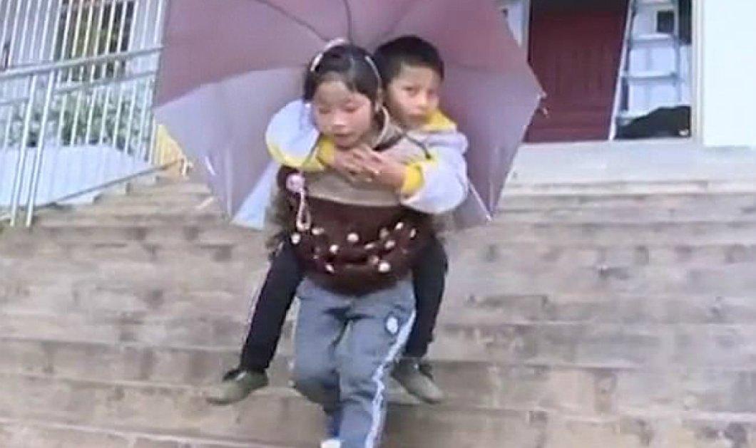 Η Topwoman της χρονιάς είναι 9 ετών: Μεταφέρει στις πλάτες της στο σχολείο τον παράλυτο αδερφό της (ΦΩΤΟ - ΒΙΝΤΕΟ) - Κυρίως Φωτογραφία - Gallery - Video