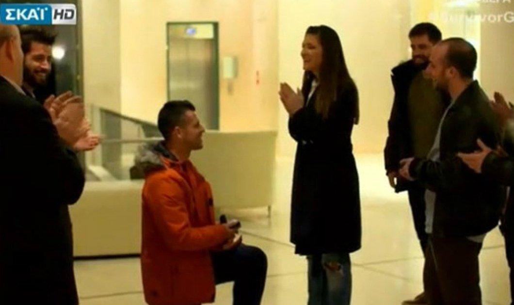 Survivor: O παίκτης γονατίζει και κάνει πρόταση γάμου στην κοπέλα του πριν αναχωρήσει (BINTEO)  - Κυρίως Φωτογραφία - Gallery - Video
