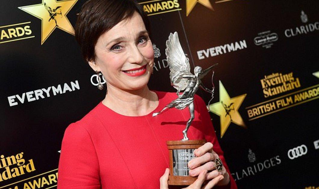 """Η 57χρονη Kristin Scott Thomas στέφθηκε """"βασίλισσα"""" στα Evening Standard Film Awards - ΦΩΤΟ  - Κυρίως Φωτογραφία - Gallery - Video"""