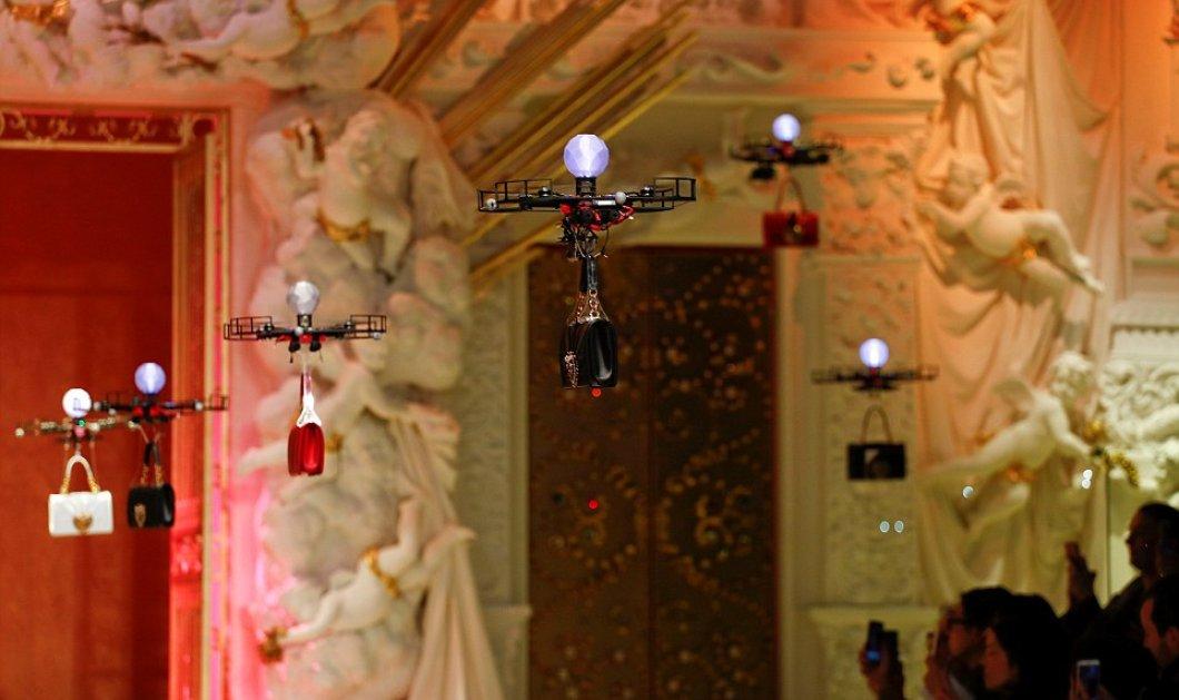 H επίδειξη μόδας της χρονιάς έγινε με drone: Τσάντες πετούσαν πάνω από τα κεφάλια του κοινού με απόφαση Dolce and Gabbana    - Κυρίως Φωτογραφία - Gallery - Video