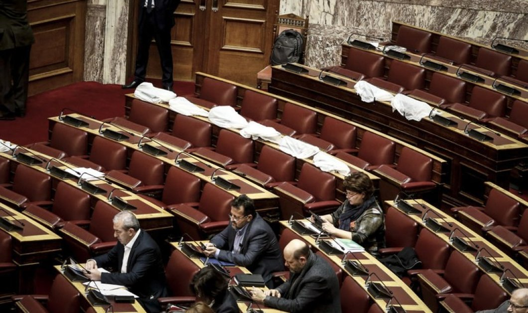 Έσταζε η βροχή από το ταβάνι της Βουλής - Τύλιξαν τους υπολογιστές με νάιλον (ΦΩΤΟ) - Κυρίως Φωτογραφία - Gallery - Video