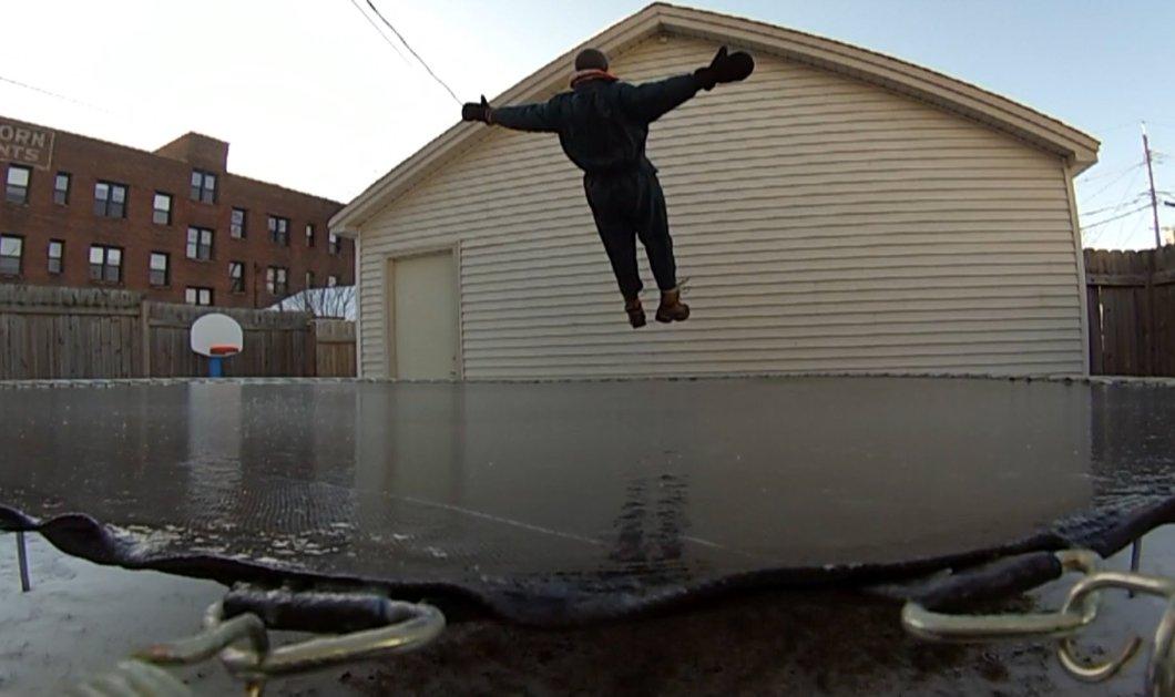 Άνδρας από την Μινεσότα πήδηξε σε τραμπολίνο που είχε καλυφθεί από πάγο! (ΒΙΝΤΕΟ)  - Κυρίως Φωτογραφία - Gallery - Video
