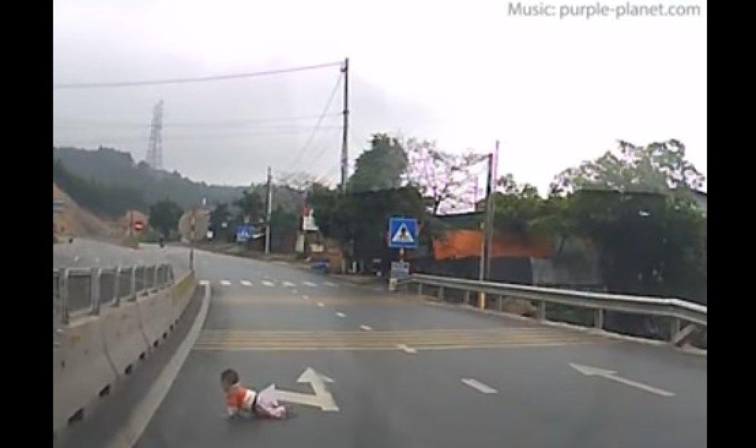 Βίντεο- σοκ: Μωρό μπουσουλάει στη μέση πολυσύχναστης λεωφόρου - Κυρίως Φωτογραφία - Gallery - Video