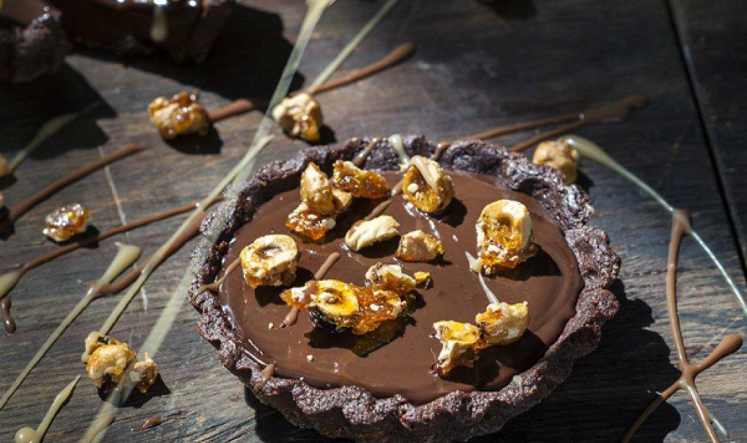 Γλυκιά απόλαυση από τον Γιάννη Λουκάκο! Τάρτα με σοκολατένια ζύμη και γέμιση και καραμελωμένα φουντούκια - Κυρίως Φωτογραφία - Gallery - Video