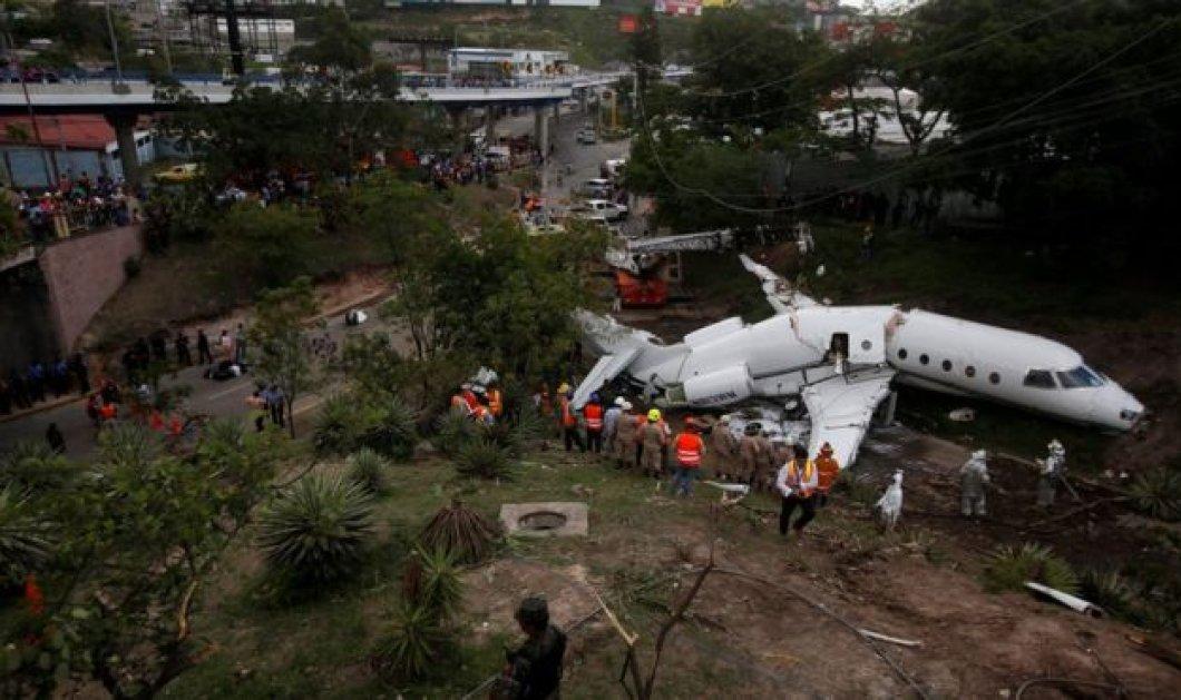 Πραγματικό θαύμα! Διασώθηκαν όλοι οι επιβάτες όταν αεροπλάνο συνετρίβη & κόπηκε στα δύο (ΦΩΤΟ-ΒΙΝΤΕΟ) - Κυρίως Φωτογραφία - Gallery - Video