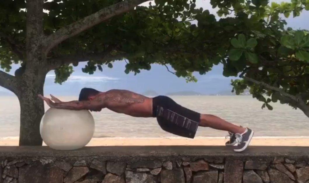 Πώς με μια απλή μπάλα θα γυμναστείτε ακόμα και δίπλα στη θάλασσα (VIDEO) - Κυρίως Φωτογραφία - Gallery - Video