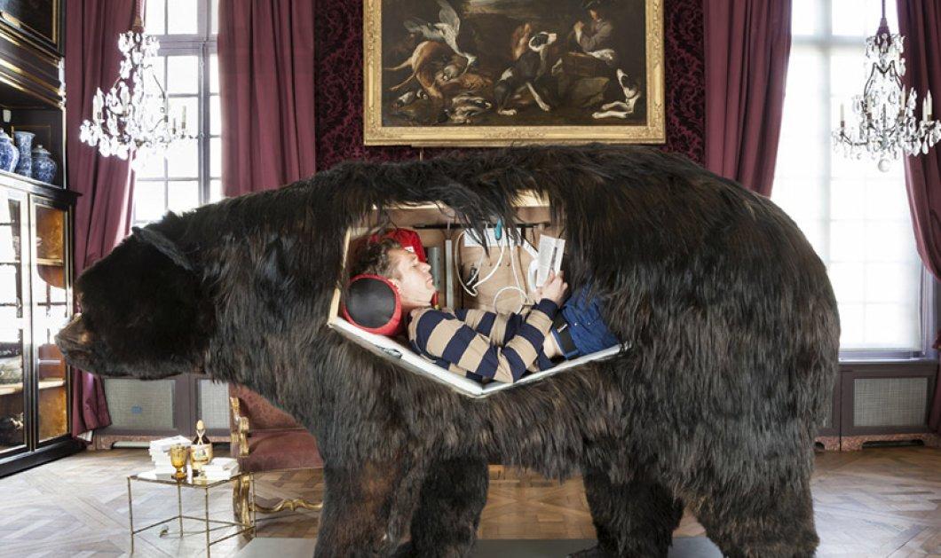 Γάλλος καλλιτέχνης κλώσησε αυγά, έζησε σε βαλσαμωμένη αρκούδα & τώρα 7 μέρες κλεισμένος σε ξύλινο άγαλμα (ΦΩΤΟ-ΒΙΝΤΕΟ) - Κυρίως Φωτογραφία - Gallery - Video