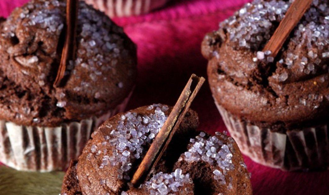 Ο Στέλιος Παρλιάρος μας φτιάχνει μικρά κέικ με κανέλα και σοκολάτα - Κυρίως Φωτογραφία - Gallery - Video