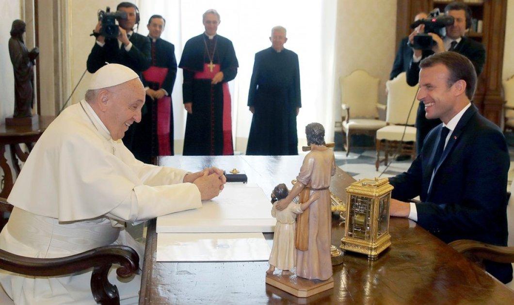 Το ζεύγος Μακρόν επισκέπτεται τον πάπα Φραγκίσκο- Η Μπριζίτ σεμνή στα μαύρα & ο Εμανουέλ, το χρυσό μου, όλο γλύκα! (ΦΩΤΟ) - Κυρίως Φωτογραφία - Gallery - Video
