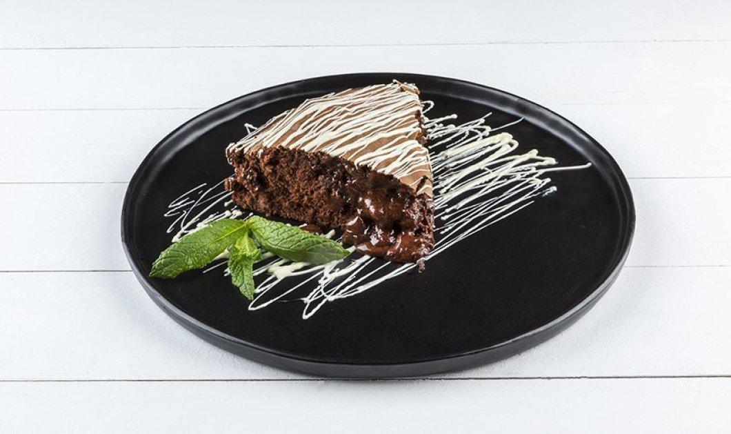 Απολαυστικό υγρό κέικ με πραλίνα φουντουκιού από τον Άκη Πετρετζίκη - Κυρίως Φωτογραφία - Gallery - Video