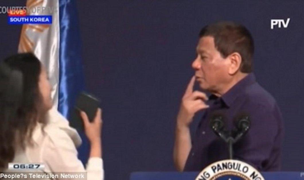 O Πρόεδρος  των Φιλιππίνων φιλάει στο στόμα μια παντρεμένη γυναίκα σε δημόσια ομιλία του και δεν ανοίγει μύτη (VIDEO) - Κυρίως Φωτογραφία - Gallery - Video