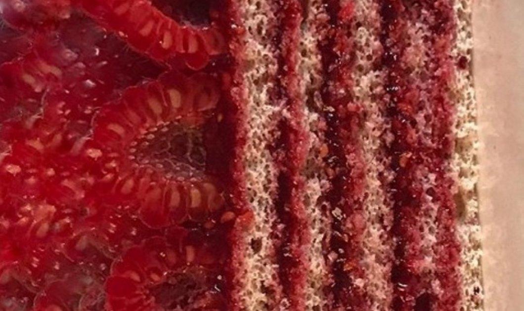 Κόκκινη συμφωνία από τον Στέλιο Παρλιάρο: Δύο δημιουργίες του που θα σας «ματώσουν» στη γλύκα - Κυρίως Φωτογραφία - Gallery - Video