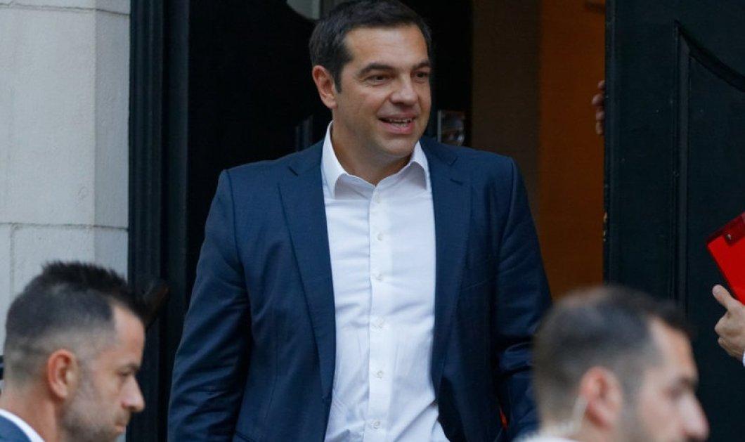 """ΒΙΝΤΕΟ-ΦΩΤΟ: Η στιγμή που 4-5 Έλληνες του Λονδίνου φώναζαν τον Αλέξη Τσίπρα """"προδότη"""" για το θέμα της Μακεδονίας - Κυρίως Φωτογραφία - Gallery - Video"""