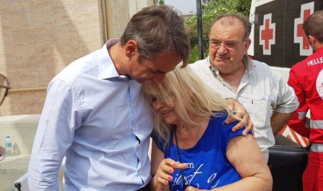 Ο Κυριάκος Μητσοτάκης παρηγορεί μια γυναίκα που κλαίει γοερά: «Έλιωσε το σπίτι μου» (Βίντεο) - Κυρίως Φωτογραφία - Gallery - Video