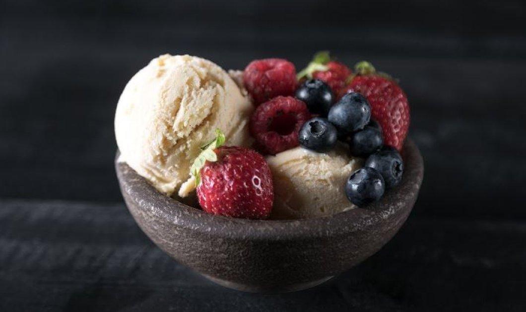 Φτιάξτε μέσα σε δέκα λεπτά σπιτικό παγωτό βανίλια δια χειρός Άκη Πετρετζίκη (Βίντεο) - Κυρίως Φωτογραφία - Gallery - Video