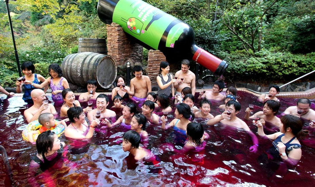 Χαλαρώστε κάνοντας σπα σε μια πισίνα γεμάτη με κόκκινο κρασί (Φωτό & Βίντεο) - Κυρίως Φωτογραφία - Gallery - Video