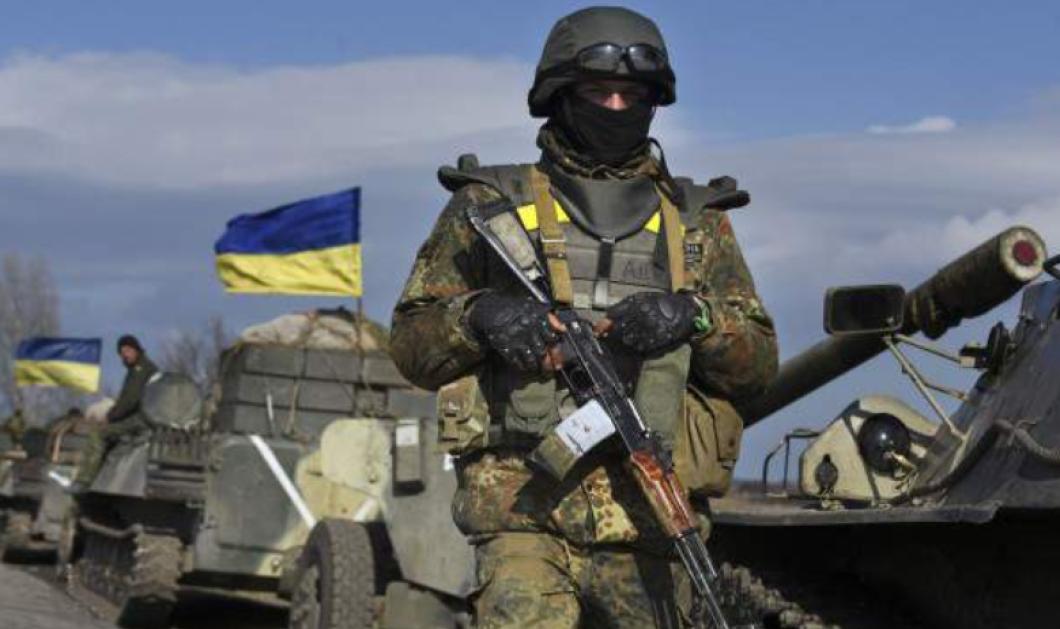 Σκληρές εικόνες - Προσοχή: Ουκρανός στρατιώτης περιχύνεται με βενζίνη κι αρπάζει φωτιά γιατί απολύθηκε (Βίντεο) - Κυρίως Φωτογραφία - Gallery - Video