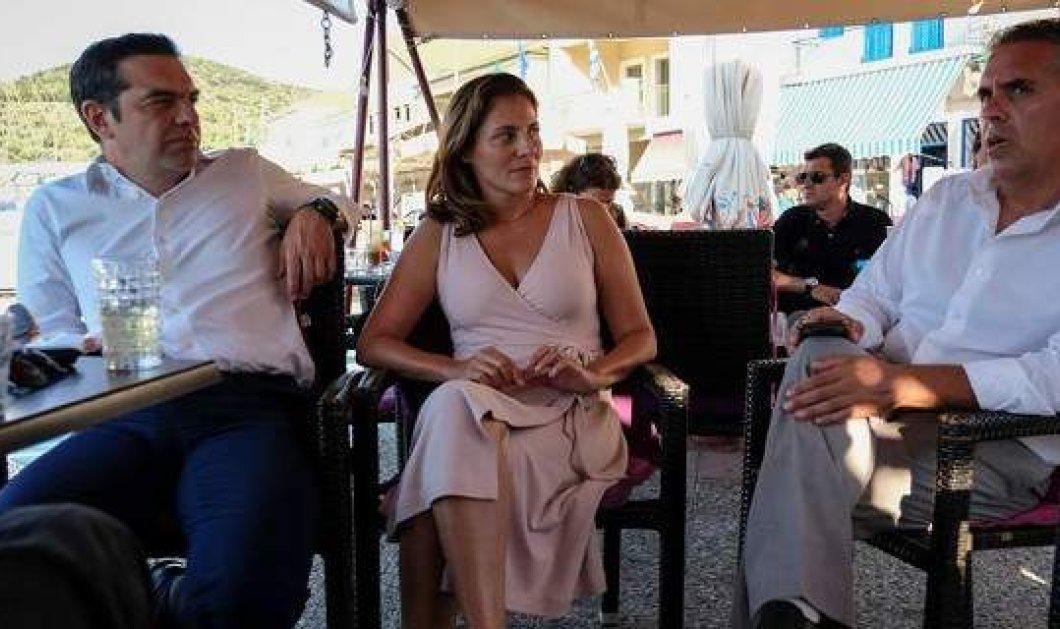 Το vieux rose στο φουστάνι της Περιστέρα Μπαζιάνα στην Ιθάκη - Βαθύ ντεκολτέ και μίνιμαλ γραμμή (Φωτό) - Κυρίως Φωτογραφία - Gallery - Video
