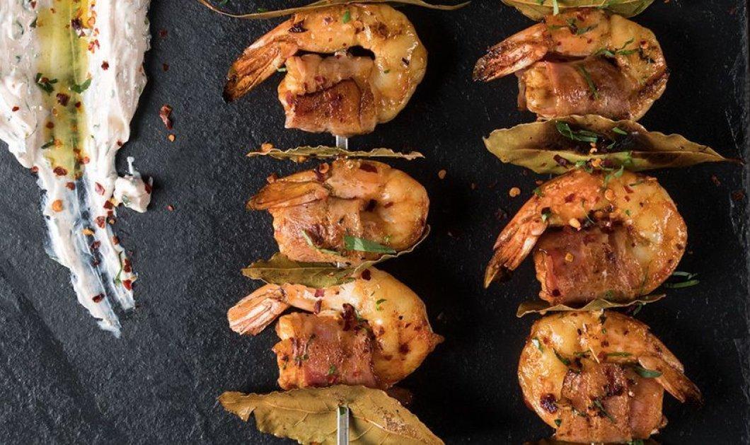 Πρωτότυπα σουβλάκια με γαρίδες και μπέικον από τον Άκη Πετρετζίκη - Κυρίως Φωτογραφία - Gallery - Video