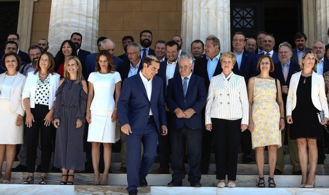Οικογενειακή φωτό της νέας κυβέρνησης Τσίπρα: Οι κυρίες με κρεμ, λευκό του πάγου, μπεζ της άμμου, ανθρακί! (φώτο) - Κυρίως Φωτογραφία - Gallery - Video