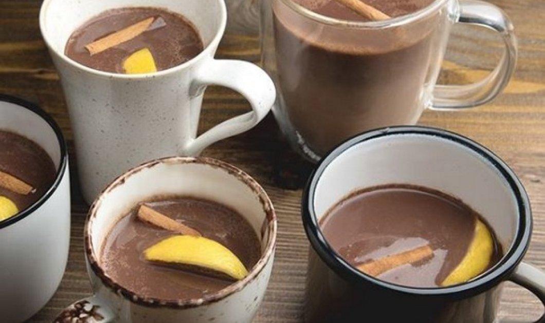 Ο Άκης Πετρετζίκης μας φτιάχνει μια ιδιαίτερη ζεστή σοκολάτα με κάρδαμο και πορτοκάλι (Βίντεο) - Κυρίως Φωτογραφία - Gallery - Video
