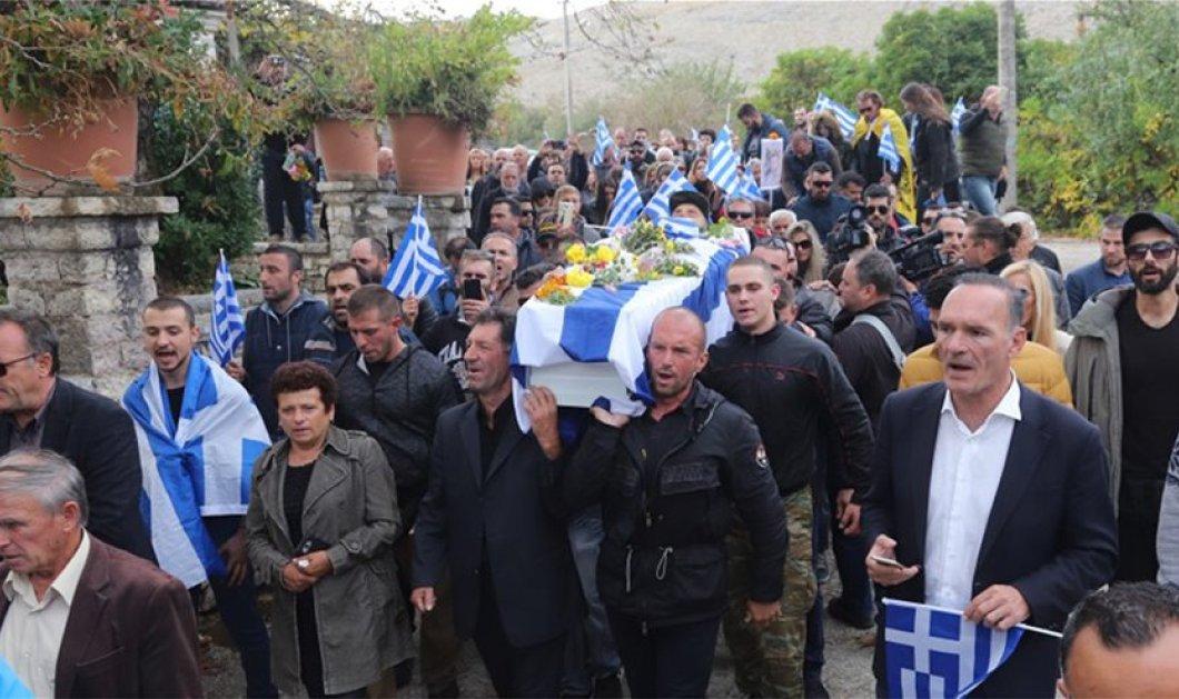 Κηδεία Κατσίφα: 3.000 Έλληνες με σημαίες γέμισαν τις Βουλιαράτες για το τελευταίο αντίο (Φωτό & Βίντεο) - Κυρίως Φωτογραφία - Gallery - Video