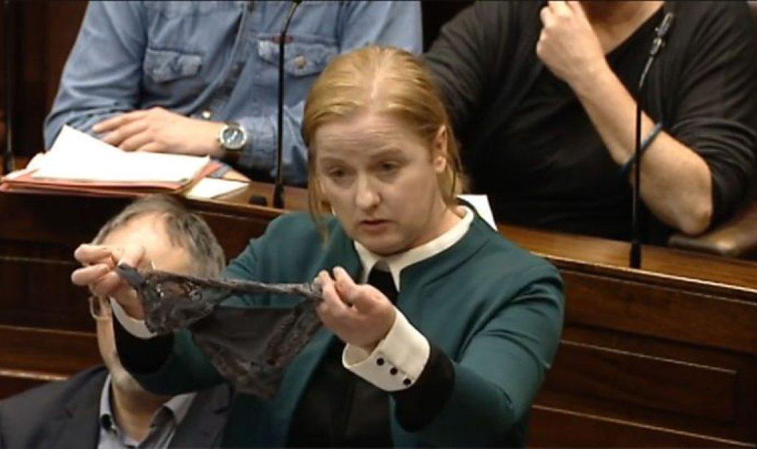 Ιρλανδία: Βουλευτής ανέβηκε στο βήμα με στρινγκ - Υπερασπίζεται τις γυναίκες που έπεσαν θύματα βιασμού (Φωτό & Βίντεο) - Κυρίως Φωτογραφία - Gallery - Video