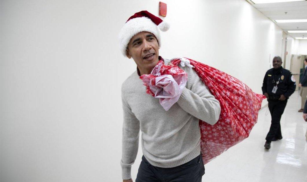 Ο Μπάρακ Ομπάμα ντύθηκε Άι Βασίλης και μοίρασε δώρα στο νοσοκομείο παίδων (Φωτό & Βίντεο) - Κυρίως Φωτογραφία - Gallery - Video