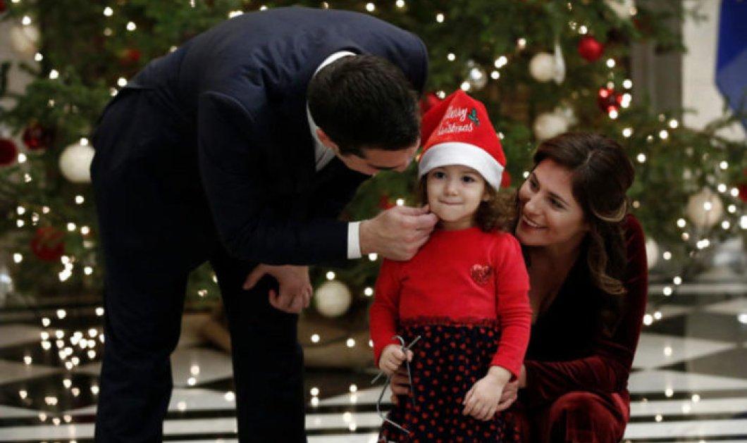 Αυτή η μικρούλα «έκλεψε» την καρδιά του Αλέξη Τσίπρα και της Μπέτυ Μπαζιάνα - Την αγκάλιασαν σφιχτά και τη χάιδεψαν (Φωτό & Βίντεο) - Κυρίως Φωτογραφία - Gallery - Video