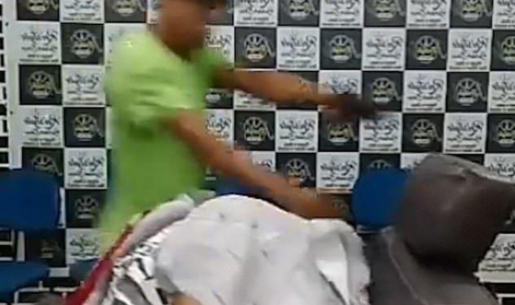 Η στιγμή που 13χρονος Βραζιλιάνος κουρευόταν & άγνωστος τον πυροβόλησε 6 φορές - Κυρίως Φωτογραφία - Gallery - Video