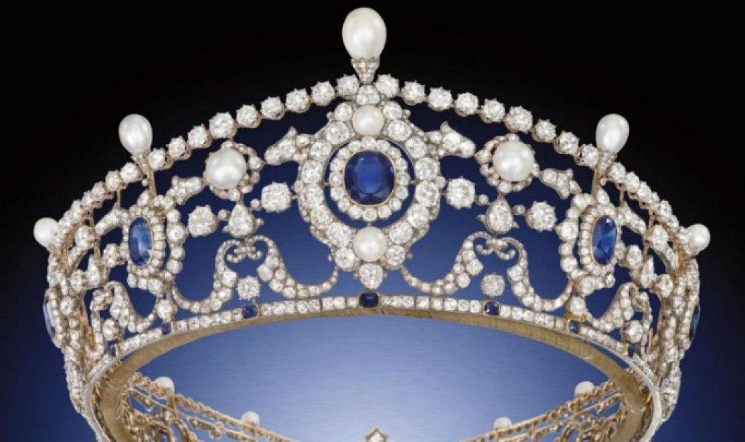 Έσπασαν την θήκη από γυαλί και έκλεψαν την ιστορική τιάρα της βασιλικής οικογένειας σε 90 δευτερόλεπτα - Κυρίως Φωτογραφία - Gallery - Video