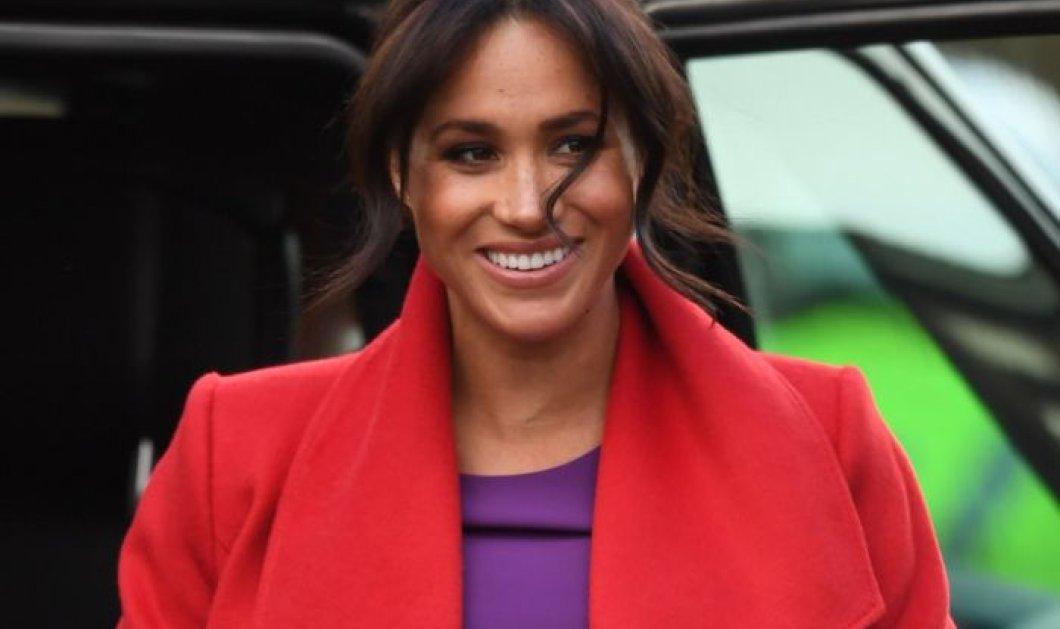 Επιτέλους η Μέγκαν πέταξε τα σκούρα   έβαλε ένα εκτυφλωτικό κόκκινο παλτό  με μωβ φόρεμα τρελαίνοντας f2d02ffe645