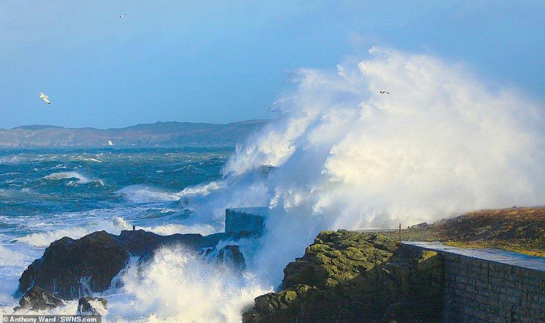 Κύματα καταπίνουν την Μεγάλη Βρετανία: Απίστευτο βίντεο με τους ανέμους να δυναμώνουν όλο & περισσότερο!  - Κυρίως Φωτογραφία - Gallery - Video
