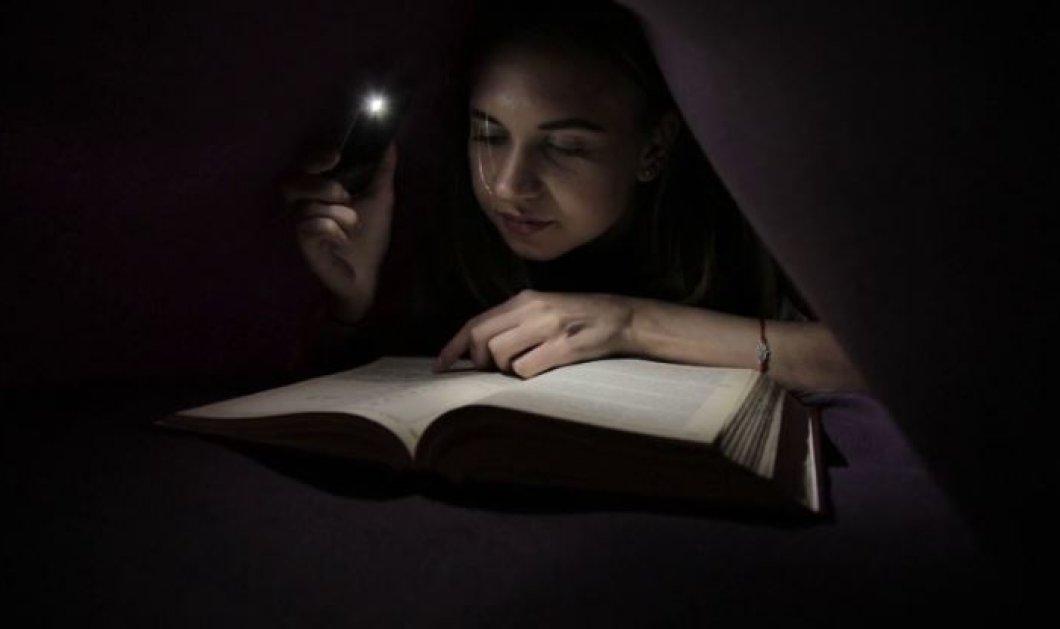 Διαβάστε αυτή την είδηση! Στην Αγριά μια μαθήτρια διάβαζε στο πεζοδρόμιο - Το ρεύμα στο σπίτι της ήταν κομμένο  - Κυρίως Φωτογραφία - Gallery - Video