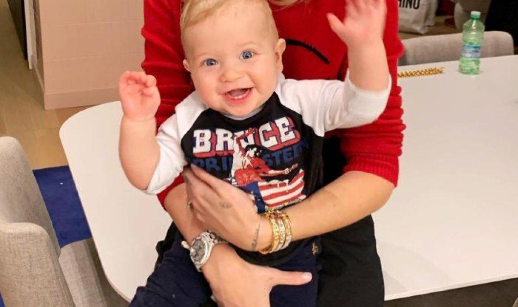 Εκπαιδεύοντας ένα διάσημο μωρό να φάει την πρώτη του πίτσα φορώντας ασορτί φορμίτσα ολόσωμη (φωτό) - Κυρίως Φωτογραφία - Gallery - Video