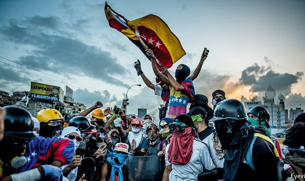 Βενεζουέλα: Στα πρόθυρα εμφυλίου πολέμου - 13 νεκροί σε διαδηλώσεις, ο ΠτΒ αυτοανακηρύχθηκε πρόεδρος (Βίντεο) - Κυρίως Φωτογραφία - Gallery - Video