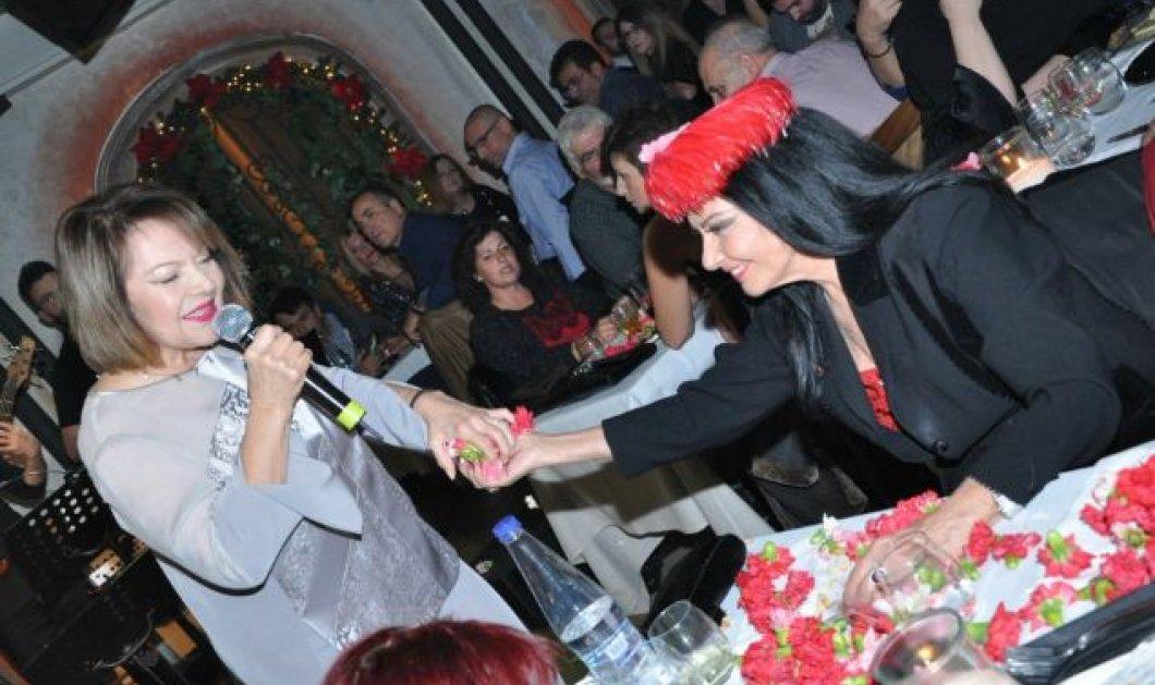 """Μία και μοναδική! - Η Ζωζώ Σαπουντζάκη έβαλε κόκκινο καπέλο με φτερά και """"τα έσπασε"""" στα μπουζούκια (φώτο- βίντεο) - Κυρίως Φωτογραφία - Gallery - Video"""