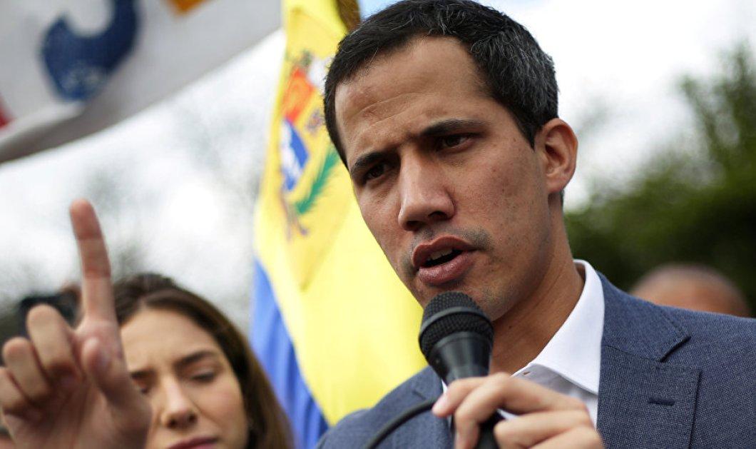 """""""Άρωμα εμφυλίου"""" στη Βενεζουέλα - Εν ενεργεία στρατηγός αναγνωρίζει τον Γκουαϊδό ως πρόεδρο - Χιλιάδες διαδηλωτές στους δρόμους (φώτο-βίντεο)   - Κυρίως Φωτογραφία - Gallery - Video"""