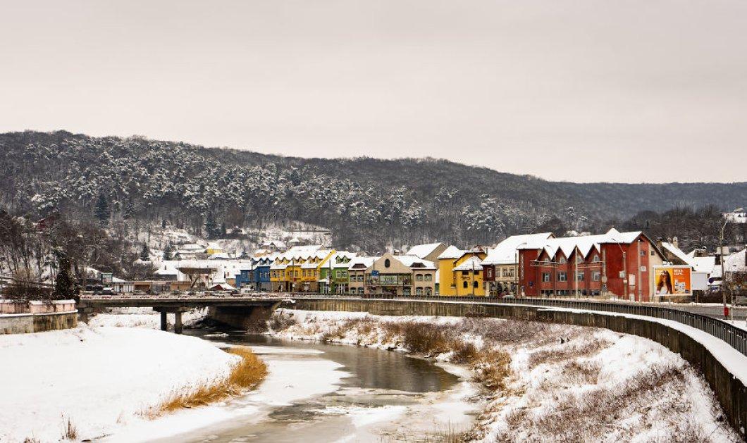 Καλλιτέχνης τραβάει τα πιο ατμοσφαιρικά κλικς: Απολαύστε την χιονισμένη παλιά πόλη της Ρουμανίας - Φώτο  - Κυρίως Φωτογραφία - Gallery - Video