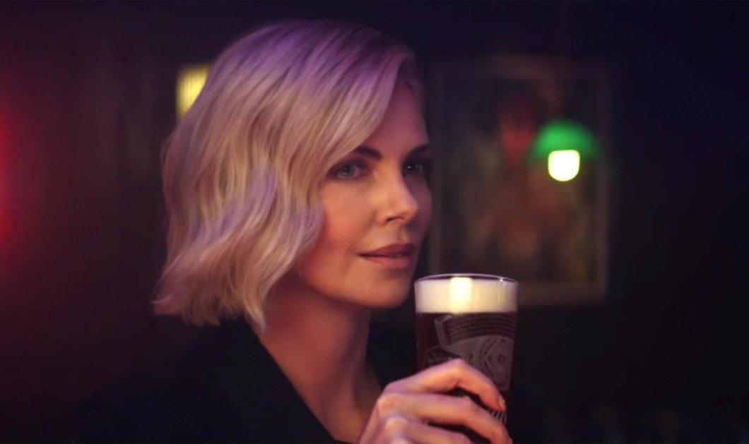 """""""Hold my Beer"""": Η κουκλάρα Σαρλίζ Θερόν στα Όσκαρ με μια μπύρα στο χέρι (βίντεο) - Κυρίως Φωτογραφία - Gallery - Video"""