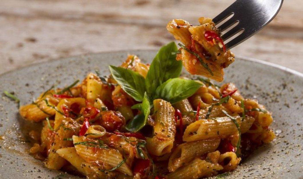 Άκης Πετρετζίκης: Πικάντικες πένες Αραμπιάτα με τσίλι και παρμεζάνα για τους λάτρεις των πικάντικων φαγητών - Κυρίως Φωτογραφία - Gallery - Video