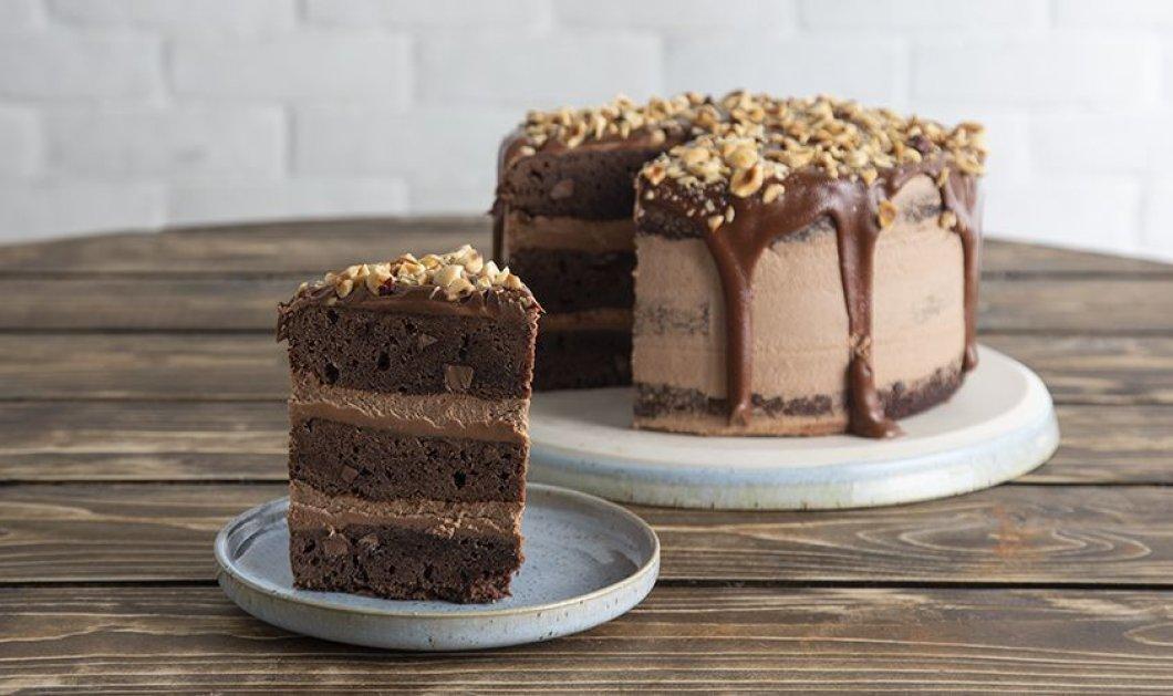 O Άκης Πετρετζίκης φτιάχνει ένα γλυκό όνειρο: Τούρτα brownies με frosting πραλίνα - Κυρίως Φωτογραφία - Gallery - Video