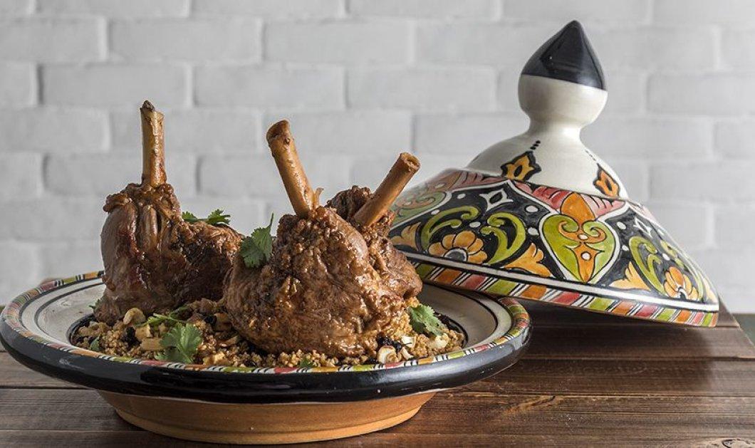 Άκης Πετρετζίκης: Μας φτιάχνει αρωματικά μαροκινά αρνίσια κότσια με κόλιανδρο και κανέλα - Κυρίως Φωτογραφία - Gallery - Video
