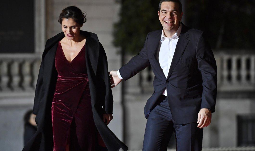 Μια δύσκολη παράσταση παρακολούθησε στο θέατρο ο Αλέξης Τσίπρας με την  Μπέτυ Μπαζιάνα - Το βίντεο που ανέβασε  - Κυρίως Φωτογραφία - Gallery - Video