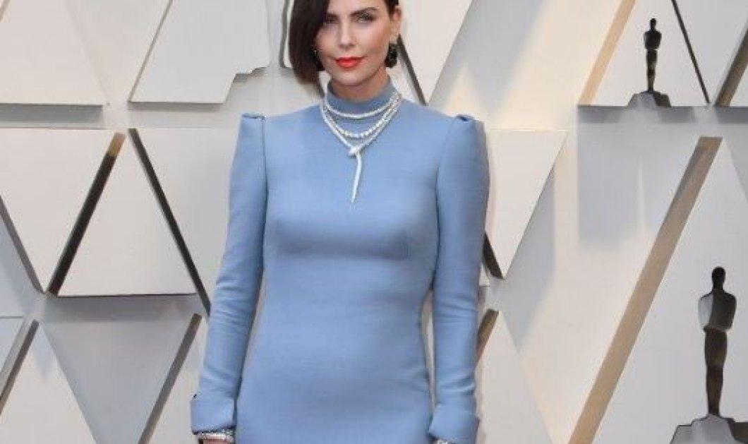 Αν δεν είδατε την πίσω πλευρά του φορέματος της Σαρλίζ Θερόν στα Όσκαρ, δεν είδατε τίποτα! (φωτό) - Κυρίως Φωτογραφία - Gallery - Video